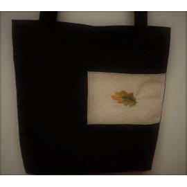 Bolsa tea con folla de carballo bordada.